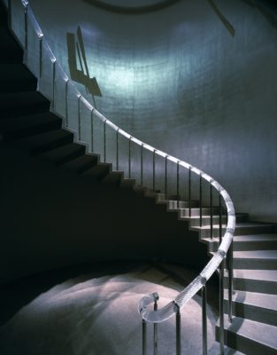 智美術館内螺旋階段