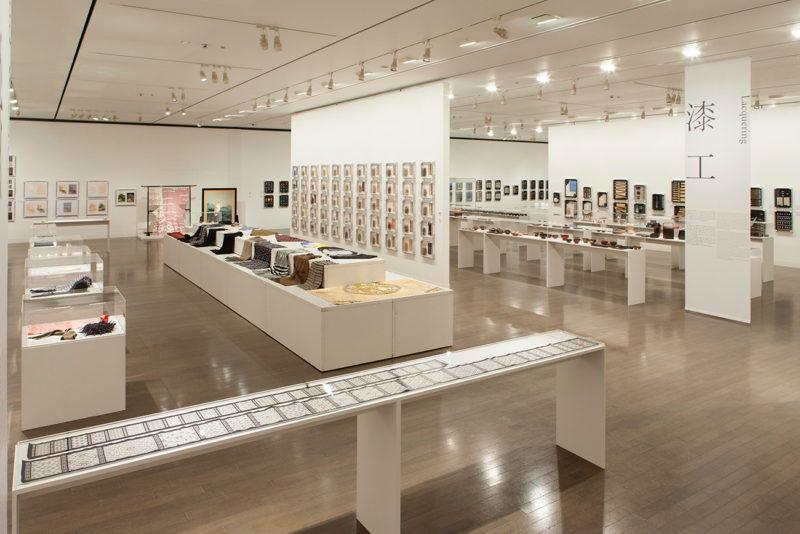 「平成の百工比照ー技と素材の一大標本、 金沢の工芸振興の系譜一」(2015年)展示会場